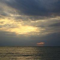 На закате в пасмурный день :: valeriy khlopunov