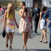 три девицы и...в платьях :: Олег Лукьянов