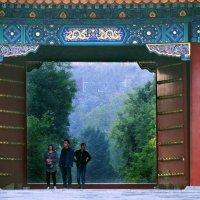 Открытые ворота внутреннего дворика в Запретном городе. :: Николай Карандашев