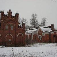 Дворовые корпуса из красного кирпича. Западный павильон оранжереи (слева), Восточная конюшня :: Елена Павлова (Смолова)