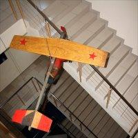 Интерьер лестничного пролета с  самолетом  и гравицапой... :: Валерия  Полещикова