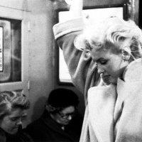 """""""... она спускалась в метро, стараясь остаться неузнанной..."""" :: Ирина Хан"""