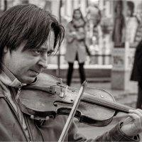 Он играет на похоронах и танцах... :: Андрей Козлов