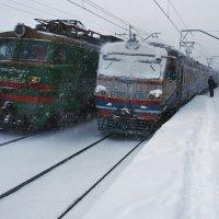 Картинка из начала декабря... или.. Бывает, что встречаются у станций поезда :: Александр Резуненко
