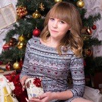 Девушка с подарком у ёлки :: Valentina Zaytseva