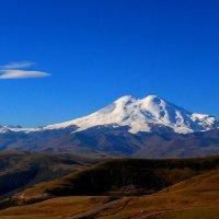Сияет утро снежными горами, Эльбрус громадный царствует над всем... :: Vladimir 070549