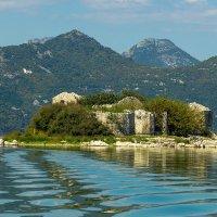 На озере в Черногории :: сергей cередовой