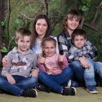 Семья в лесу :: Valentina Zaytseva