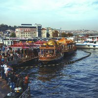 Пристань Эминёню в Стамбуле и лодки, продающие популярные сэндвичи с рыбой :: Ирина Лепнёва