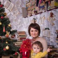 Мама с сыночком сидят у ёлки :: Valentina Zaytseva
