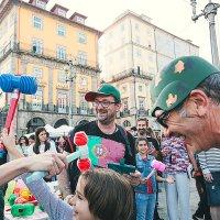 Битва молотками на празднике Сау Жуау в Порту Португалия) :: Светлана Коклягина