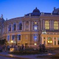 Театр людей на фоне театра. :: Иван Лазаренко