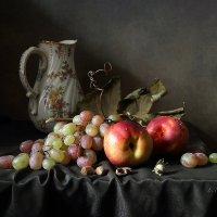Нектарины, виноград и орехи :: Елена Татульян