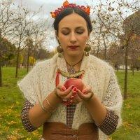 Осенний полдень с яблоком :: Сергей Мягченков