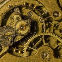 стоят старинные часы :: Владимир