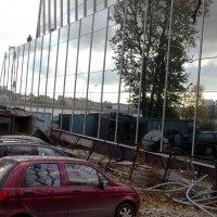 Отражение  в зеркальной стене здания :: Svetlana Lyaxovich
