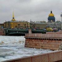 Ледоход на реке Нева у Дворцового моста. :: Владимир Ильич Батарин