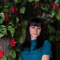 Девушка у дерева в лесу :: Valentina Zaytseva