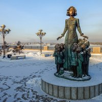 """Скульптура """"Учительница с детьми"""" на набережной Ангары. Иркутск. :: Rafael"""