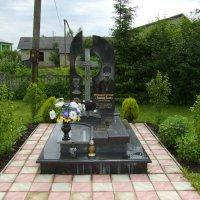 Могила   настоятеля   православного  храма   в  Одаях :: Андрей  Васильевич Коляскин