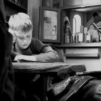 Мальчик читает о правах ребенка :: Ирина Хан