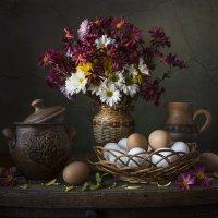 Хризантемы с яйцами. :: Людмила Костюченко