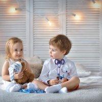 Находчивые у нас мужчины - девушке игрушку, а себе конфеты. :: Юлия Масликова