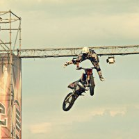 Мотофристайлер в небе.... :: Андрей Головкин