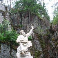 Скульптура среди скал парка Монрепо :: Елена Павлова (Смолова)