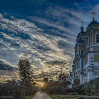 Догорает алая заря, заплачет воском в храме тонкая свеча - ее старушка, тихо, под иконку ставит* :: Valeriy Piterskiy
