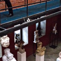 Скульптура молча созерцает, как скоротечен бренный век :: Ирина Данилова