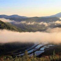 Туман завис над долиной :: Сергей Чиняев