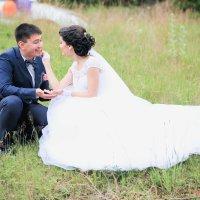 Эльнур и Наиля (кормит лесными ягодами) :: Александр Галкин