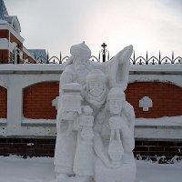 Фигуры из снега на Рождество у храма. :: Мила Бовкун