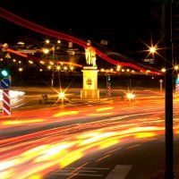 Статуя и огни города. :: Reval Fomichev