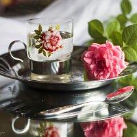 Лежала роза на столе... :: Галина Стрельченя
