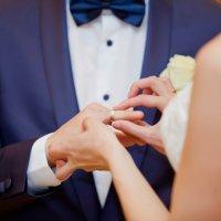 Надеты кольца золотые, стоит в свидетельстве печать... :: Максим Ванеев