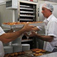 Выпекается новая партия пирожных  Pastel de Belém :: ИРЭН@ Комарова