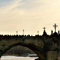 Карлов мост в Праге, а на нём люди, люди, люди... :: Ольга Богачёва