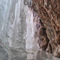 ледяная пещера за водопадом :: Владимир Амангалиев