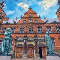 Статуи Гамлета и Офелии напротив железнодорожного вокзала в Эльсиноре :: Ирина Лепнёва