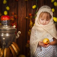 Аня с яблочком :: Наталья Сарафанникова