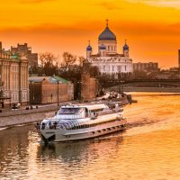 Река в городе :: Александр Дьяченко