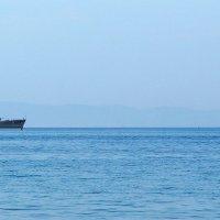 Необычная встреча:военный корабль и прогулочная моторка :: Татьяна Манн