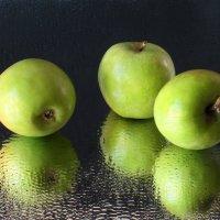 Фантазия с зелёными яблоками :: Татьяна Смоляниченко