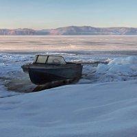 Стоит моторка на Байкале... :: Александр Попов