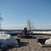 На набережной памятник юнгам В.О.В. :: марина ковшова