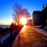 рассвет на набережной :: Наталья Сазонова