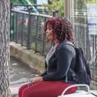 Девушка на автобусной остановке. Париж :: Владимир Леликов