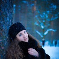 Девушка в зимнем лесу :: Ирина Вайнбранд